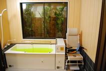 足がゆったり伸ばせる浴槽 通常の一般浴と(リフト可動型)一般浴の2つの浴槽